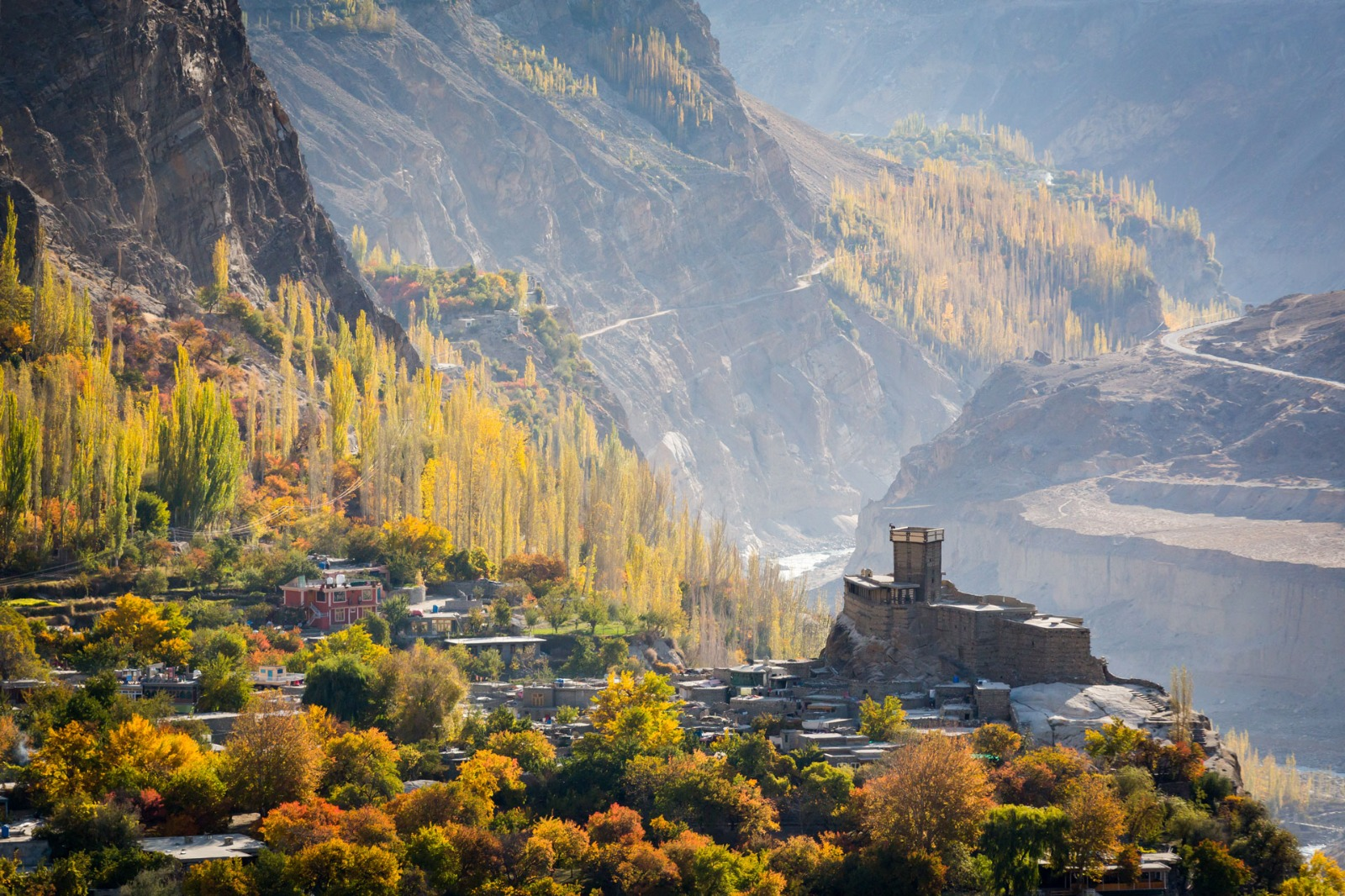 This pictures offers a beuautiful view of Altit fort. Why visit Pakistan.There are several rasons for visiting Pakistan, please read this article to get an inside on the main reasons